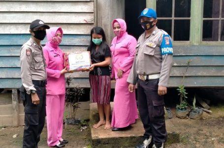 Bhayangkari Ranting Polsek Kuala behe bagikan sembako